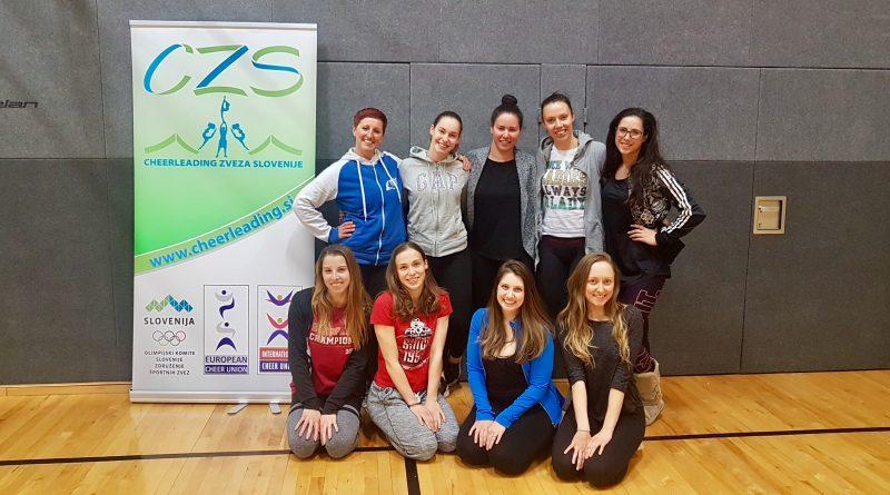 Deset trenerjev cheer plesa opravilo ICU modri tečaj I. stopnje